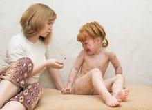 het meisjesmamma smeert de behandeling voor waterpokken royalty-vrije stock afbeelding