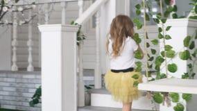 Het meisjesmodel keert naar het huis en de ladder terug stock videobeelden