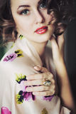 Het meisjesmodel kijkt met krullend haar Royalty-vrije Stock Afbeeldingen