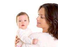 Het meisjesomhelzing van de baby in moederwapens op wit Royalty-vrije Stock Fotografie