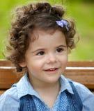 Het meisjesportret van de baby openlucht in de lente Stock Afbeeldingen
