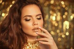 Het het Meisjesportret van de manierschoonheid op gouden Kerstmislichten wordt geïsoleerd schittert bokeh achtergrond die Het nag stock foto's