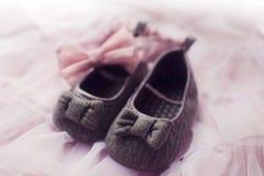 Het meisjesschoenen van de baby. Stock Afbeelding