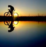 Het meisjessilhouet van de fietser Stock Afbeelding