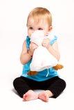 Het meisjesspel van de baby met stuk speelgoed Stock Afbeelding
