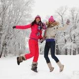 Het meisjessprong van de winter Stock Foto