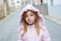 Het meisjestoerist die van het kind in het traditionele dorp van Spanje lopen stock foto's