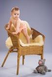 Het meisjestribunes van de baby op leunstoel Royalty-vrije Stock Afbeeldingen