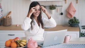 Het meisjeswerk aangaande laptop, krijgt positief nieuws in e-mail, voelt gelukkige, opgewekte, langzame motie stock video
