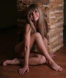 Het meisjeszitting van de schoonheid op de vloer Royalty-vrije Stock Afbeelding