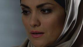 Het melancholische moslimvrouw schreeuwen, familieproblemen en wanhoop, misbruikt wijfje stock footage