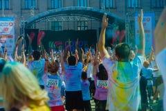 Het melden van het ontspruiten van marathon Colorrun Kiev 2017 Stock Foto's
