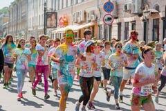 Het melden van het ontspruiten van marathon Colorrun Kiev 2017 Stock Afbeeldingen