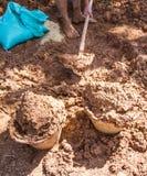 Het mengen van aarden baksteeningrediënten stock fotografie