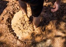 Het mengen van aarden baksteeningrediënten stock afbeelding