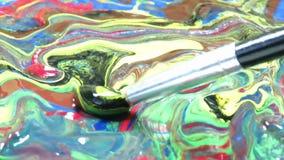 Het mengen van acrylkleuren met verfborstel stock videobeelden