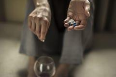 Het mengen van alcohol met drugs stock foto's