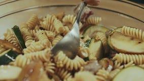 Het mengen van deegwaren met vlees en groenten stock footage