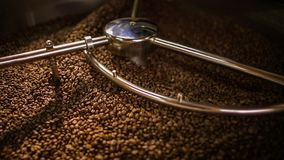 Het mengen van geroosterde koffie stock footage