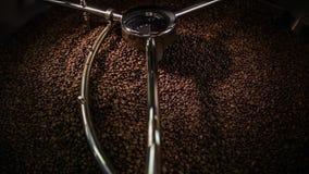 Het mengen van geroosterde koffie stock videobeelden