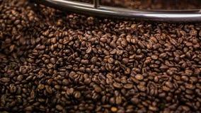 Het mengen van geroosterde koffie stock video