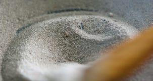 Het mengen van heet zand stock video