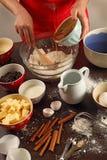Het mengen van ingrediënten in een kom Stock Foto's
