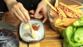 Het mengen van ingredi?nten en kruiden voor het recept van de veganistsalade stock footage