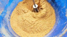 Het mengen van ingrediënten voor aas op een visreis De visserij van aas stock video
