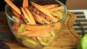 Het mengen van ingredi?nten en kruiden voor het recept van de veganistsalade stock video