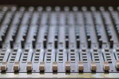 Het mengen van lijst met knopen en volumecontroles Muziek en radiostudio royalty-vrije stock foto