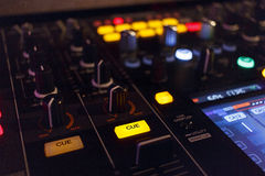 Het mengen van Muziek/de Mixer van DJ Stock Afbeeldingen