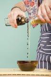 Het mengen van olie en azijn Royalty-vrije Stock Fotografie