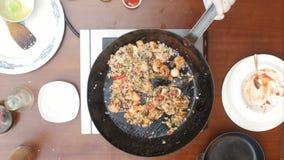 Het mengen van paella en zeevruchten in een pan, het koken stock footage