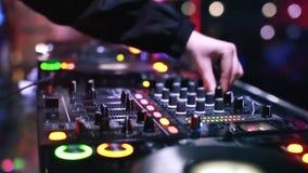 Het mengen zich van DJ stock video