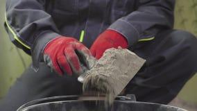Het mengen zich van een pleisteroplossing door handmethode Professionele bouwer stock footage
