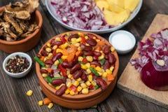 Het mengsel van groenten, droge boleetpaddestoelen, sneed aardappel, rode die ui en geheel op een scherpe raad en kruiden wordt g royalty-vrije stock afbeeldingen