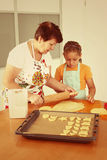 Het mengsel van het chocoladekoekje, het bakken de vormen en het snoepje versieren op witte achtergrond stock foto's