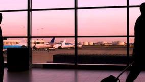 Het menigtesilhouet in luchthaven lopen, de bedrijfsmensen en de toeristen die haasten zich aan vliegtuig stock footage