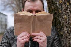 Het mens gelezen park van de boekboom Stock Afbeeldingen