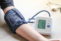 Het menselijke de monitor en het harttarief van de controlebloeddruk controleert met digitale drukmaat Stock Foto