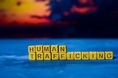 Het menselijke handel drijven op houten blokken Kruis verwerkt beeld met bokehachtergrond stock foto