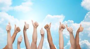 Het menselijke handen tonen beduimelt omhoog Stock Afbeelding