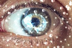 Het menselijke oog met het beeld van de hersenen in de leerling Concept kunstmatige intelligentie stock fotografie