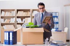 Het mensen bewegende bureau met doos en zijn bezittingen stock fotografie