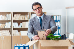 Het mensen bewegende bureau met doos en zijn bezittingen royalty-vrije stock afbeeldingen