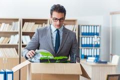 Het mensen bewegende bureau met doos en zijn bezittingen stock foto