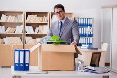 Het mensen bewegende bureau met doos en zijn bezittingen stock afbeeldingen