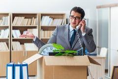 Het mensen bewegende bureau met doos en zijn bezittingen royalty-vrije stock afbeelding