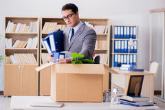 Het mensen bewegende bureau met doos en zijn bezittingen royalty-vrije stock foto